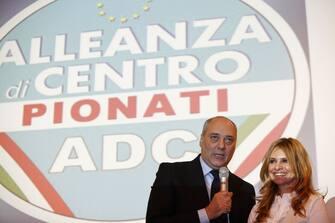 Francesco Pionati e Debora Caprioglio durante la telefonata del Presidente del Consiglio Silvio Berlusconi all'Assemblea Nazionale di Alleanza di Centro, oggi 27 novembre 2010 a Roma. ALESSANDRO DI MEO/ANSA