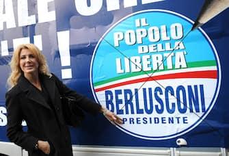 20080313 - ROMA - POL - PDL: BERLUSCONI, A CANDIDATI DAREMO INDICAZIONI PER CAMPAGNA. Gabriella Carlucci posa davanti al camper prima di entrare all'Auditorium della Tecnica per l'incontro di Berlusconi con i candidati del Popolo della Liberta', questa mattina a Roma.  MAURIZIO BRAMBATTI/ANSA/BT