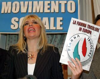 """Alessandra Mussolini mostra il simbolo della  """" Fiamma tricolore in Europa """"  nel 2003  ANSA"""