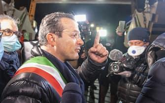 Il sindaco di Messina, Cateno De Luca, presente ai controlli di sbarco auto-passeggeri provenienti dal continente a Messina, 23 marzo 2020. ANSA/CARMELO IMBESI