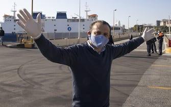 Il sindaco di Messina Cateno De Luca durante i controlli dei passeggeri e delle automobili in transito sullo Stretto di Messina presso il molo delle societa' di traghettamento privato, Messina, 8 aprile 2020. ANSA/CARMELO IMBESI