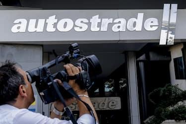Giornalisti davanti alla sede di ''Autostrade per l'Italia'' durante la riunione del Cda di Atlantia, Roma 17 settembre 2019. ANSA/FABIO FRUSTACI