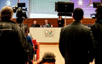 Il capo della Protezione Civile Angelo Borrelli (D) in conferenza stampa con il direttore del Dipartimento Malattie Infettive dell'ISS Giovanni Rezza (S) durante la visita del presidente del Consiglio nella sede della Protezione Civile, Roma, 2 marzo 2020. ANSA/RICCARDO ANTIMIANI