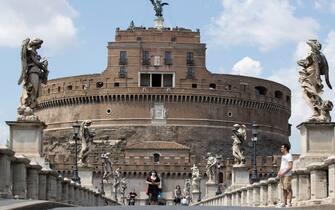 Turisti a ponte Sant'Angelo durante l'emergenza Covid-19, Roma, 31 maggio 2020. ANSA/MASSIMOPERCOSSI