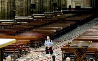 Un uomo prega solitario nella navata centrale della Cattedrale del Duomo durante la fase 2 dell'emergenza Coronavirus a Milano, 18 maggio 2020.ANSA/Mourad Balti Touati