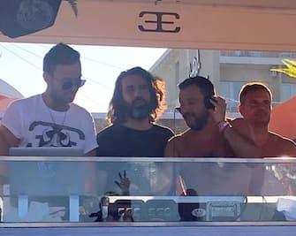 Matteo Salvini torna in consolle al Papeete beach di Milano Marittima. A torso nudo, in costume da bagno, il leader leghista si è immerso tra la folla che gremisce la spiaggia e ha raggiunto il deejay in consolle, 3 agosto 2019. ANSA/SERENELLA MATTERA