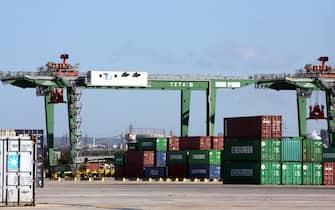 Una panoramica del Porto di Taranto. Qui, e in altri scali marittimi italiani, sono stati sottoposti a sequestro oltre due milioni e 600 mila chili di rifiuti speciali pronti per esser spediti illecitamente in paesi del sud est asiatico in 114 container.        ANSA/INGENITO