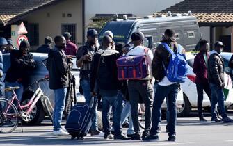 Altri 50 migranti lasciano il  Cara di Mineo, dopo i primi partiti il 7 febbraio scorso (a cui si riferisce l'immagine), per essere trasferiti in centri di accoglienza straordinaria di Caltanissetta e Enna.  ANSA/ORIETTA SCARDINO