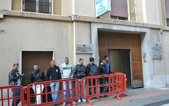 Immigrati in fila per il rilascio dei permessi al commissariato di Ventimiglia, oggi 16 aprile 2011. Una fila ordinata, davanti al commissariato di Ventimiglia, per ritirare i permessi di soggiorno e poi raggiungere l'agognata Francia. E' iniziata verso le 9.30 la distribuzione dei documenti tanto attesa tra i migranti che da settimane ormai affollano la cittadina ligure. ANSA / LUCA ZENNARO