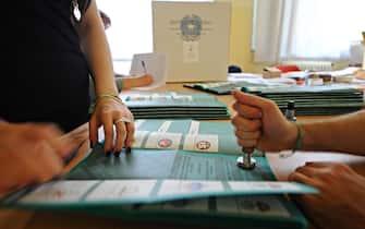 Insediamento dei seggi a Firenze per l'elezione del consiglio e del presidente della Regione Toscana, 30 maggio 2015.ANSA/MAURIZIO DEGL'INNOCENTI