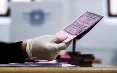 Un momento delle operazioni di voto per le elezioni suppletive per la Camera Roma I municipio, 01 marzo 2020.  ANSA/ANGELO CARCONI