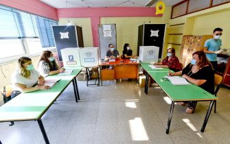 A Pomigliano d'Arco ( Napoli) le operazioni di voto nel seggio di Luigi Di Maio leader M5S, 20 settembre 2020ANSA / CIRO FUSCO