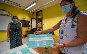 Apertura seggi elettorali per il voto del referendum  tagli parlamentari 2020 alla scuola Alfieri. Torino 20 settembre 2020 ANSA/TINO ROMANO