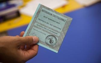 Seggi Aperti anche in sardegna per il referendum costituzionale del 20-21 Settembre 2020 Una scheda della Provincia Sud SardegnaCarbonia 20 Settembre  ANSA / FABIO MURRU