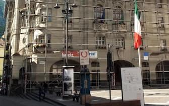 Il municipio di Bolzano con il tricolore a mezzasta, 24 maggio 2015. ANSA/ STEFAN WALLISH