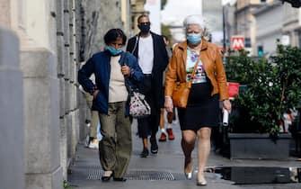 Persone indossano mascherine protettive nel centro di Milano, 5 ottobre 2020.ANSA/Mourad Balti Touati