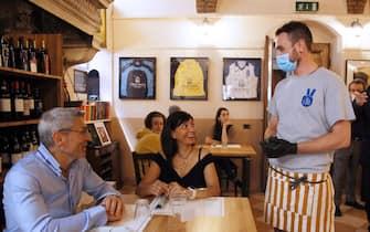 Simulazione per la riapertura dei locale bar e ristoranti secondo le linee guida emanate dal governo durante l'emergenza coronavirus, Brescia, 17 maggio 2020. Ansa Simone/Venezia