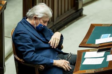 Vittorio Sgarbi dorme durante il discorso di Conte alla Camera