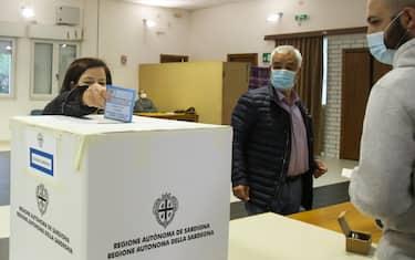 Operazioni di voto nel Seggio di Tratalis Sud Sardegna all'apertura  dei seggi in Sardegna nei 156 comuni per le elezioni comunali del 25-26 ottobre 2020 Tratalias (SU), 25 ottobre 2020.  ANSA/FABIO MURRU