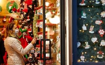 Foto Cecilia Fabiano/ LaPresse  20 Novembre  2020 Roma (Italia) Cronaca  :  Previsto un Nuovo DPCM per Natale  Nella Foto :  prime decorazioni natalizie nei negozi  Photo Cecilia Fabiano/LaPresse November 20 , 2020  Roma (Italy)  News: New rules from the government in Christmas Time  In The Pic : 32 / 5000 Translation results first Christmas lights in the shops