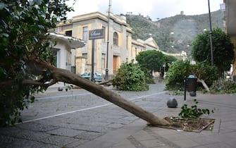 Forti raffiche di vento, dalla scorsa notte, stanno sferzando la provincia di Salerno, provocando danni e disagi in vari comuni. I problemi principali si registrano nell'Agro Nocerino Sarnese e, in particolare, nel comune di Sarno (Salerno), 21 novembre 2020. ANSA/LUIGI PEPE