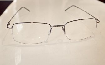 Il titolare del negozio di ottica in via del Babuino Alessandro Spiezia, in cui Papa Francesco si è recato il 3 settembre per cambiare le lenti dei suoi occhiali (simili al modello mostrato nella foto), Roma, 7 settembre 2015. ANSA/ALESSANDRO DI MEO
