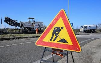 Lavori stradali per il piano buche del comune di Roma in via Acquafredda nel XIII municipio, Roma, 10 marzo 2017. ANSA/ALESSANDRO DI MEO