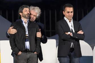 Beppe Grillo tra Roberto Fico e Luigi Di Maio, sul palco della Bocca della Verità, terminale della manifestazione del M5S per il no al referendum costituzionale, 26 novembre 2016 a Roma. ANSA/ MASSIMO PERCOSSI