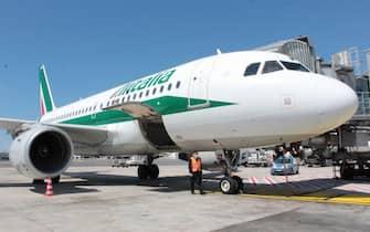 Un aereo della compagnia Alitalia in sosta all'aeroporto di Fiumicino, Roma, 11 maggio 2021. Dopo il primo effettuato lo scorso 23 aprile, il sindacato USB ha proclamato per il 15 maggio il secondo sciopero nazionale dell'intero settore del trasporto aereo, dei vettori e di tutti i settori aeroportuali.   ANSA / Telenews