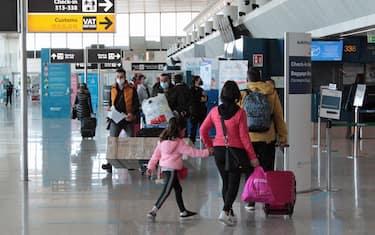 Pochi i turisti in partenza dall'aeroporto di Fiumicino per viaggi all'estero, in vista del periodo pasquale. Tra i banchi check in del Terminal 3 si aggirano per lo più viaggiatori diretti fuori confine per motivi di lavoro o per ricongiungersi con i familiari, in particolare cittadini che tornano al loro Paese o città d'origine, 31 Marzo 2021. ANSA/TELENEWS