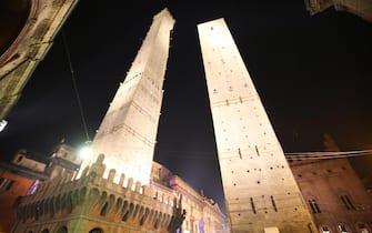 Le due torri, Garisenda e Asinelli, questa sera a Bologna, 28 novembre 2015. Le Due Torri, simbolo di Bologna, hanno ora un'illuminazione monumentale permanente donata da Confcommercio Ascom in occasione dei propri 70 anni. ANSA/ GIORGIO BENVENUTI