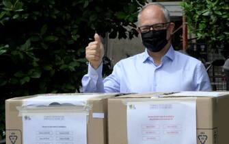 Il candidato sindaco per il PD, Roberto Gualtieri, vota presso un banchetto delle primarie del Centro-sinistra in via di Donna Olimpia a Roma, 20 giugno 2021. ANSA/CLAUDIO PERI