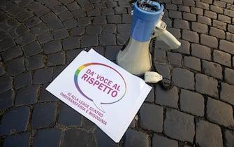 """Un momento della manifestazione """"Dà voce al rispetto"""" a sostegno del ddl Zan, in piazza Vidoni, Roma, 20 maggio 2021.  ANSA/MASSIMO PERCOSSI"""