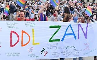 Un momento della manifestazione Pride 'Per la legge Zan e molto di più: non un passo indietro', a Torino, 5 giugno 2021. ANSA/ALESSANDRO DI MARCO