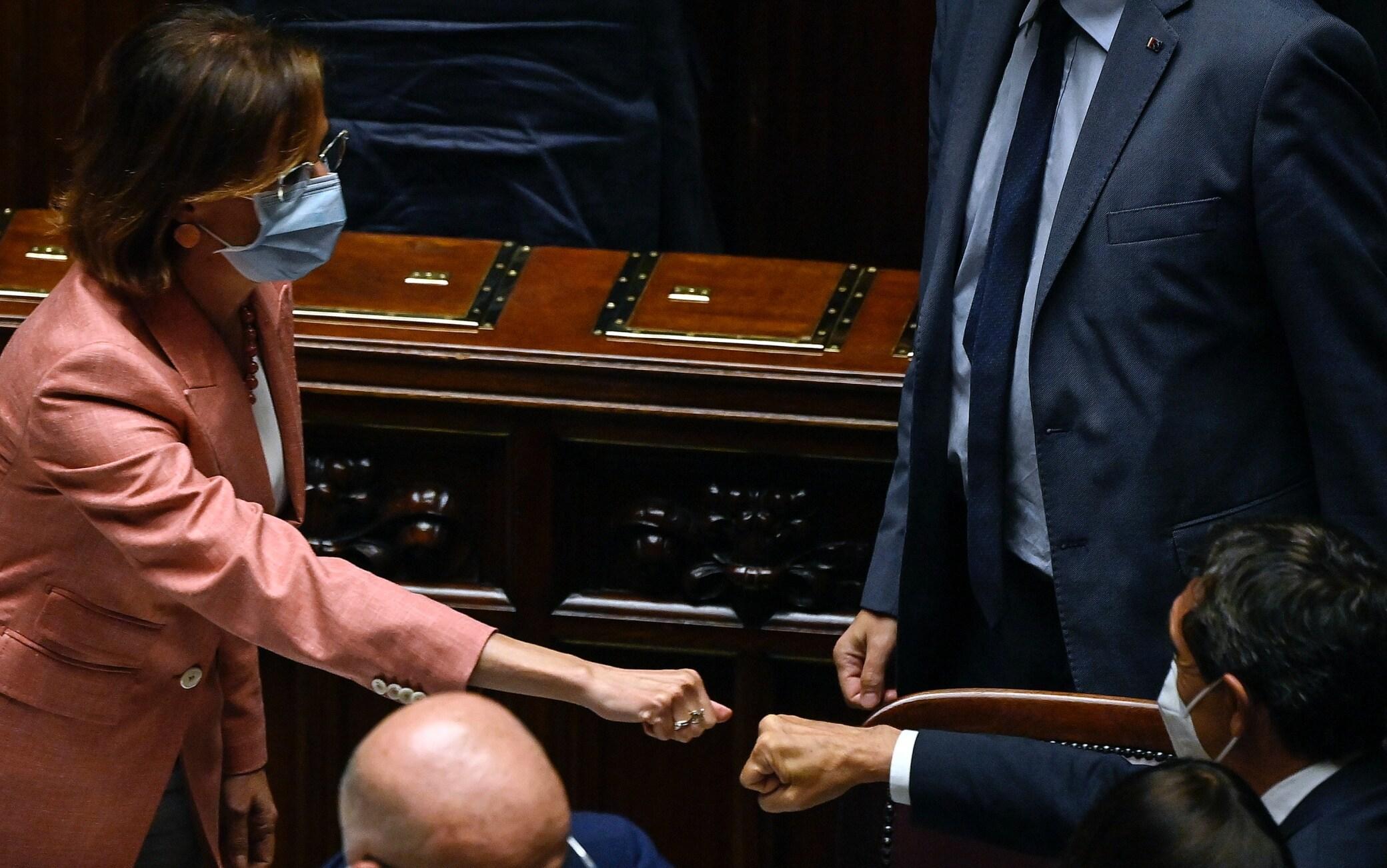 Il ministro della Giustizia, Marta Cartabia, riceve le congratulazioni dai colleghi dopo il voto finale alla Camera dei Deputati sulla riforma della giustizia, Roma, 3 agosto 2021. ANSA/RICCARDO ANTIMIANI