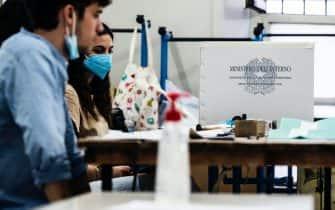 Un seggio elettorale durante le operazioni di voto per il Referendum Costituzionale sul taglio dei Parlamentari, Roma, 20 settembre 2020. ANSA/ANGELO CARCONI