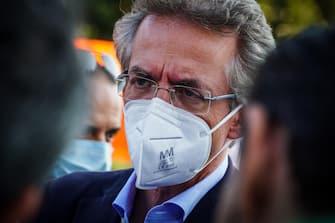 Il candidato sindaco Gaetano Manfredi alla chiusura della compagna elettorale a Scampia, Napoli, 1 Ottobre 2021. ANSA/CESARE ABBATE