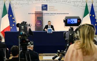 Giornalisti e cameraman davanti al premier Draghi durante la conferenza stampa sul G20 Afghanistan