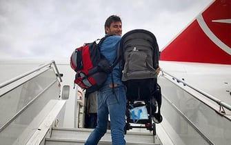 Alessandro Di Battista in partenza con la compagna e il figlio per un viaggio in California, in una foto pubblicata sul suo profilo Instagram, 29 maggio 2018. PROFILO INSTAGRAM DI BATTISTA ++ ATTENZIONE LA FOTO NON PUO' ESSERE PUBBLICATA O RIPRODOTTA SENZA L'AUTORIZZAZIONE DELLA FONTE DI ORIGINE CUI SI RINVIA +++ ++HO  - NO SALES EDITORIAL USE ONLY++