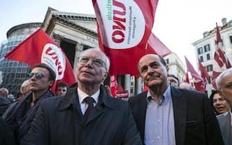 Pier Luigi Bersani e Guglielmo Epifani (S) al sit-in organizzato dalla sinistra contro la fiducia sul Rosatellum in piazza del Pantheon a Roma, 11 ottobre 2017.  ANSA/ANGELO CARCONI
