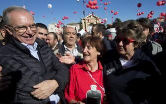 Il segretario nazionale CGIL, Susanna Camusso abbraccia l'ex segretario Nazionale CCIL, Guglielmo Epifani, al suo arrivo a San Giovanni in occasione della manifestazione nazionale della CGIL a Roma, 25 ottobe 2014. ANSA/CLAUDIO PERI