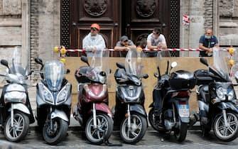 Alcuni operai con mascherine protettive in pausa pranzo a piazza del Parlamento, Roma, 27 maggio 2020. ANSA/RICCARDO ANTIMIANI