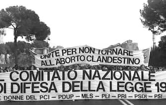 Una manifestazione del partito Radicale per il referendum sull' abrogazione di parte della legge 194 sull'aborto pubblico e gratuito, Roma, gennaio 1981