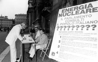 Un momento della raccolta di firme per i referendum sul nucleare che si sono svolti l'8 novembre 1987. ANSA