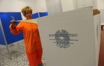 L'allestimento di un seggio elettorale per il referendum, oggi 11 giugno 2011 a Pisa. Ormai chiusa la campagna referendaria, oggi e' la giornata del silenzio, in vista dell'appuntamento con le urne di domani e lunedi'. Gli aventi diritto al voto sono oltre 50 milioni, tre milioni dei quali appartengono alla circoscrizione Estero. Le sezioni elettorali oltre 61mila: vi si potra' accedere dalle 8 alle 22 di domani e dalle 7 alle 15 di lunedi' 13 giugno.     ANSA/FRANCO SILVI