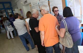 Elettori in fila già dal mattino in un seggio elettorale nel quartiere Balduina a Roma oggi 12 giugno 2011. Sono stati aperti  i seggi elettorali per consentire la consultazione sui 4 referendum (due sull'acqua, uno sull'energia nucleare e un altro sul legittimo impedimento) su cui si esprimeranno oggi e domani più di 47,1 milioni di italiani. Oggi si potrà andare a votare fino alle ore 22; domani invece, lunedì 13 giugno, dalle ore 7 alle 15. Perché i referendum siano validi, deve recarsi alle urne il 50 per cento, più uno, degli elettori. ANSA/LUCIANO DEL CASTILLO
