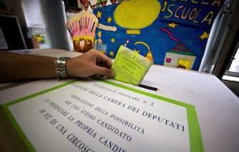 Un uomo vota per il referendum sul sistema elettorale il 21 giugno 2009 a Roma. ANSA / GUIDO MONTANI