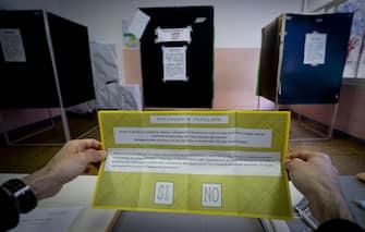 Un seggio elettorale per consentire la consultazione sul referendum abrogativo sulla durata delle trivellazioni in mare, Napoli, 17 aprile 2016. ANSA/CIRO FUSCO