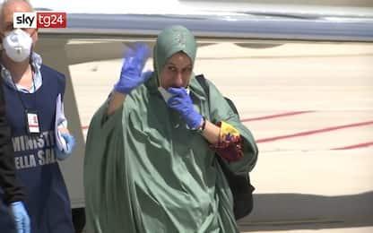 Silvia Romano scende dall'aereo atterrato a Ciampino. VIDEO