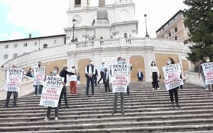 Coronavirus Roma, flash mob commercianti a Trinità dei Monti. VIDEO